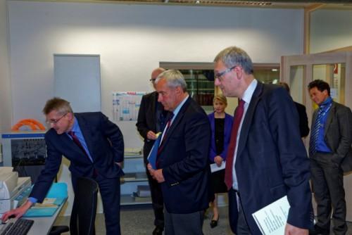 Wissenschaftsminister Spaenle informiert sich über die Digitalisierung von Archivgut. Foto: IfZ-Archiv. Alle Rechte vorbehalten.