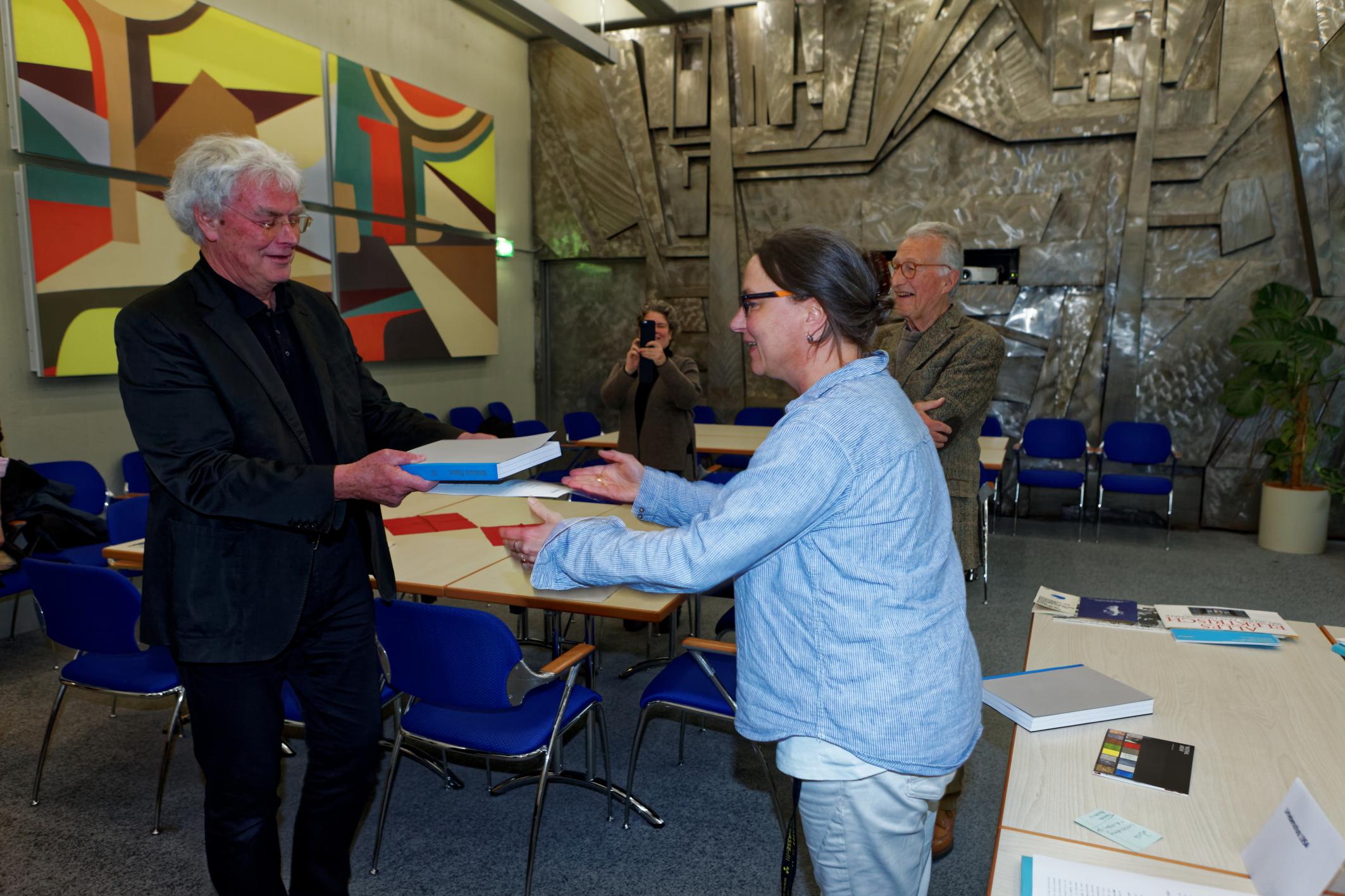 VertreterInnen des DWB Bayern erhalten das Repertorium zum Bestand ED 920 Werkbund Bayern/ IfzArch. Foto: Alexander M. Klotz. Alle Rechte vorbehalten.